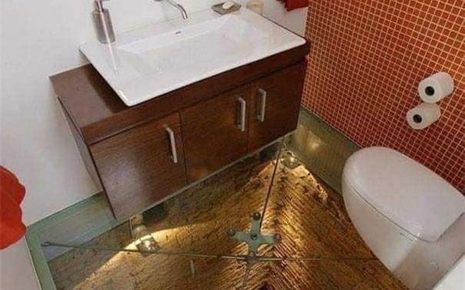 Gia chủ thiết kế nhà vệ sinh độc, lạ, nhìn kỹ chi tiết này mới hết hồn nhất là người sợ độ cao